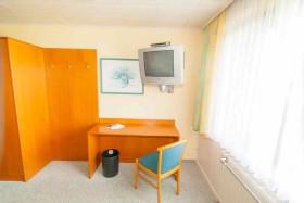 Standart-Zimmer mit TV, Schreibtisch und WLAN